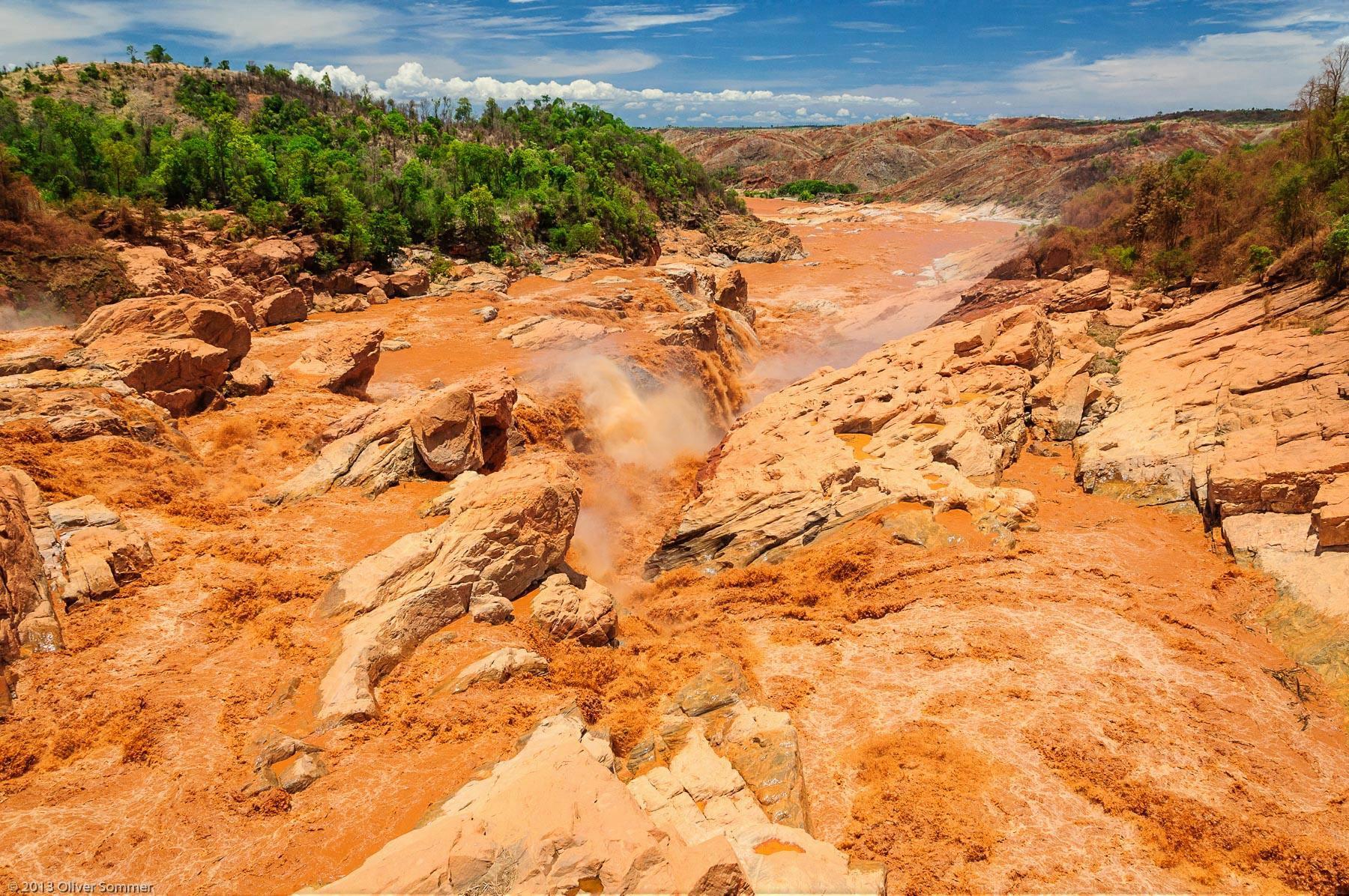 Betsiboka Fluss Madagaskar Stromschnellen rot Wasser