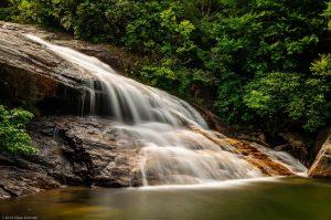 Milchiger Wasserfall Wasserschnellen Fluss smoky mountains